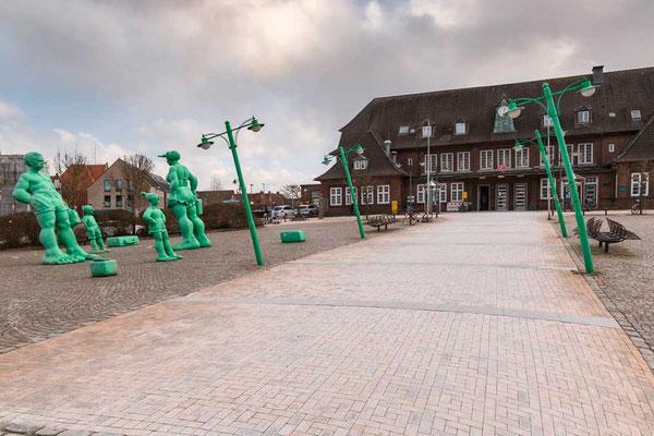 Wilkommen auf Sylt - die schrägen, grünen Menschen begrüßen die NEuankömmlinge vom Bahnhof in Westerland