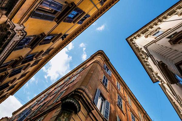 Ein Blick nach oben in den typisch engen Gassen der römischen Altstadt