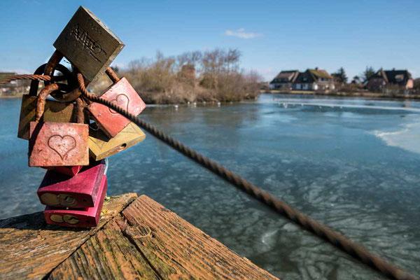 Liebesschlösser am Dorfteich in Wenningstedt, Sylt