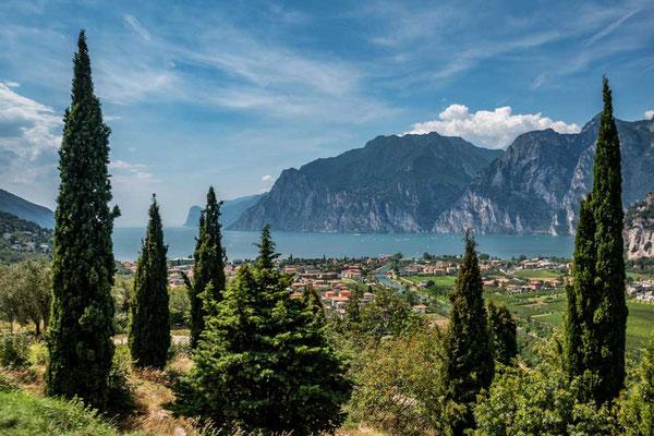 Blick auf den Gardasee oberhalb von Torbole, nördlicher Gardasee, Italien