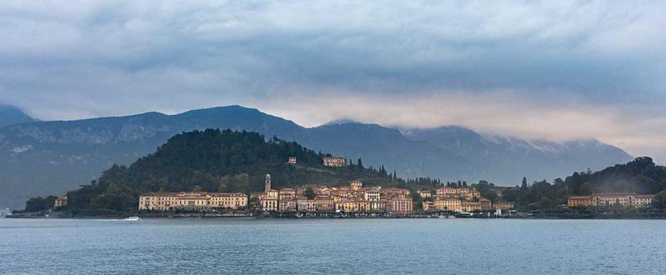Herbstliches Wetter in Bellagio, an der Spitze der beiden südlichen Teile des Comer Sees gelegen, Comer See Region, Lombardei, Italien