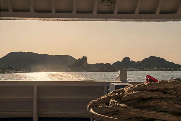 Ein letzter Blick von der Fähre auf eine wunderschöne Insel - Vulcano, Äolische Inseln, Sizilien