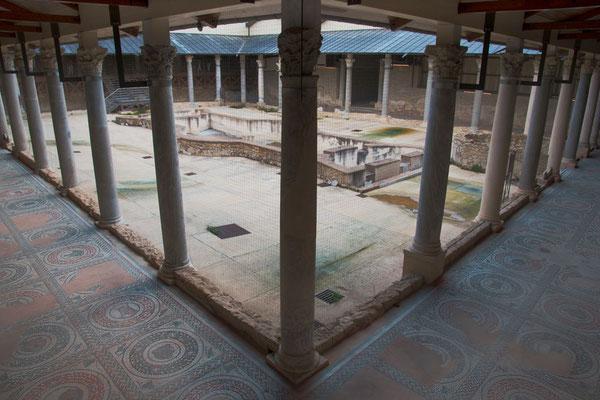 Das Atrium und die kunstvollen Bodenmosaiken in den umliegenden Gängen, Villa Casale del Romano, Region Enna, Sizilien