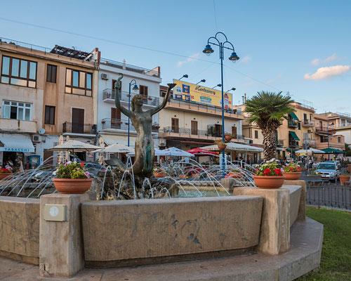 Die Piazza liegt am Hafen von Mondello, Palermo, Sizilien