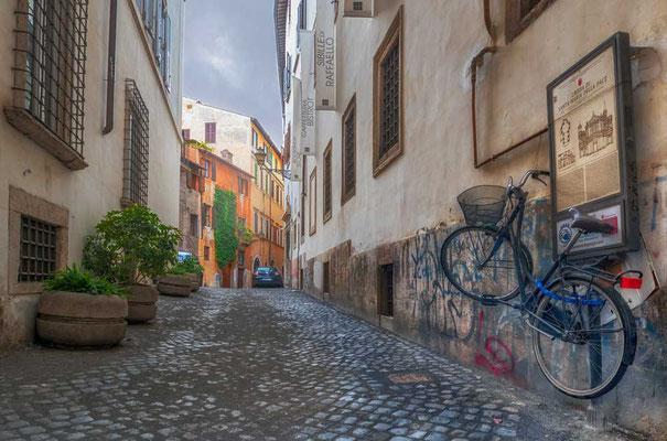 Interessante Art, sein Fahrrad zu parken - macht man das in Rom so?