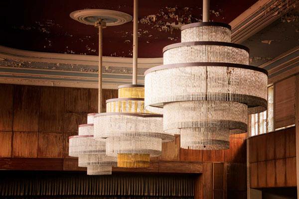 Die Zeugen der einstigen Pracht - die riesigen Leuchter im Festsaal, Hotel Fürstenhof, Eisenach, Thüringen