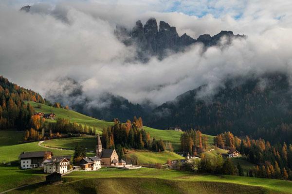 Bilderbuchblick ins Villnöß-Tal - sogar die Berggipfel zeigen sich für einen Moment