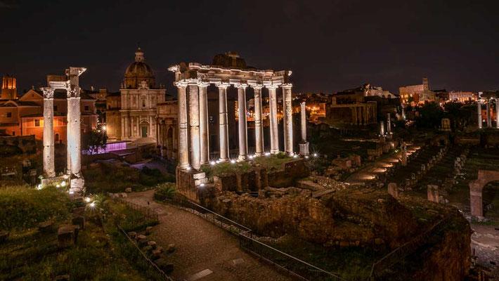 Da stehen sie, angestrahlt vom Licht, stolz und schön wie vor 2000 Jahren - das Forum Romanum bei Nacht