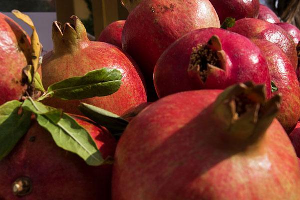 Granatäpfel - überall auf Sizilien zu finden. So lecker sie aussehen, so sauer ist der frisch gepresste Saft daraus, den es überall zu kaufen gibt.
