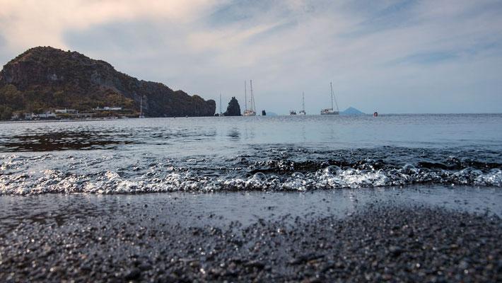 Der schwarze Strans von Vulcano, Äolische Inseln, Sizilien.