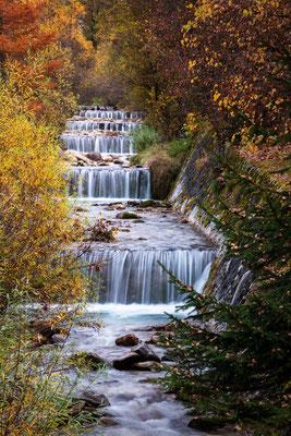 Ein kleiner Bachlauf im Villnöß-Tal mit seinen wunderbaren Herbstfarben hält uns auf dem Rückweg auf.