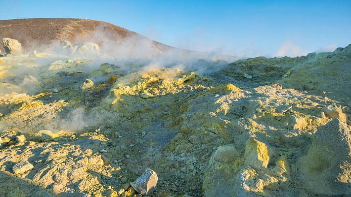 Der Vulcano Krater mit seinen schwefeligen Dämpfen und gelben Schwefelkristallen - eine bizarre Schönheit, die uns staunen lässt. Vulcano, Äolische Inseln, Sizilien