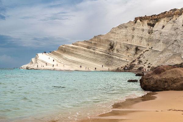 Die Scala dei Turchi, ein imposanter weißer Fels, der weit ins hier türkisfarbene Mittelmeer ragt, Provinz Agrigent, Sizilien