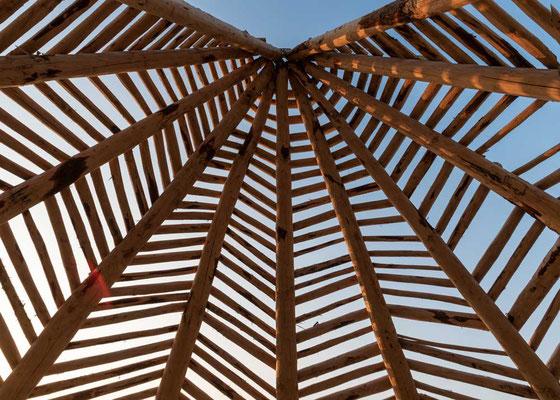 """Blick nach oben in einem """"futuristischen"""" Sonnenschirm, Zandvoort, NL"""