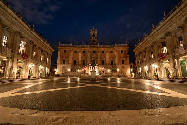 Michelangelo hat ihn gestaltet, viele Tausende Menschen überqueren ihn tagtäglich aber spät abends kann man die Piazza del Campidoglio fast allein genießen