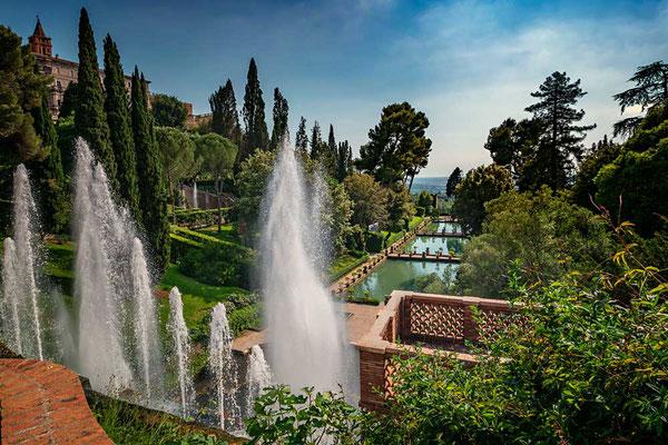 Auf dem Podest vor der Wasserorgel im Park der Villa d'Este stehend geht der Blick weithin über den Park und ins Umland Richtung Rom