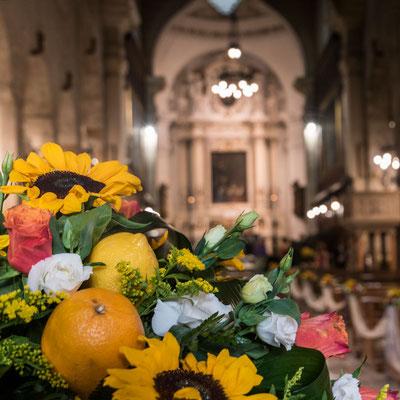 Auf der Insel wo Orangen und Zitronen wachsen, gehören diese natürlich auch in die Blumendeko bei sizilianischen Hochzeiten.