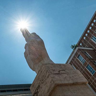 """Die Skulptur L.O.V.E. oder auch """"Il dito"""" vor der Mailänder Börse, Mailand, Lombardei, Italien"""