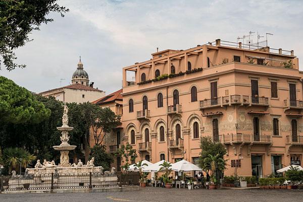 Die Piazza am Dom lädt zum Verweilen ein, Messina, Sizilien