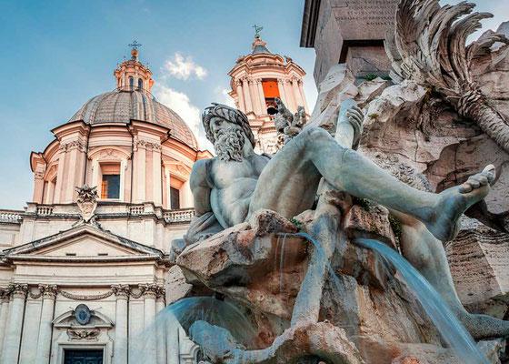 Der Flussgott des Ganges - einer der 4 Flussgötter des Vierströmebrunnens (Fontana dei quatro fiumi) auf der Piazza Navona