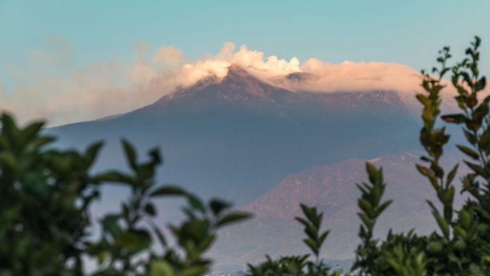 Der Ätna von unserer Unterkunft betrachtet. Jeden Morgen geht der Blick nach oben, ob es heute klares Wetter für den Ausflug nach oben gibt.
