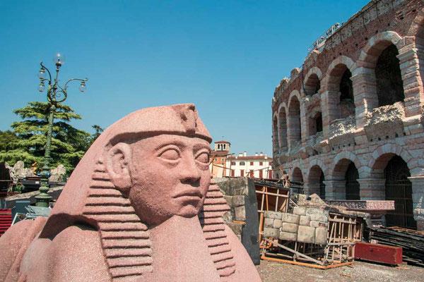 Ägypten oder Italien? Die Kulissen der unterschiedlichen Opernvorstellungen lagern mangels anderem Platz in der direkten Umgebung der Arena wenn sie nicht grade im Einsatz sind. Hier die Deko aus Nabucco. (Verona, Venezien, Italien)