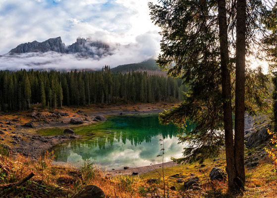 Der Karersee, ein Idyll mit türkisblauem Wasser und Blick auf das Bergmassiv dahinter.