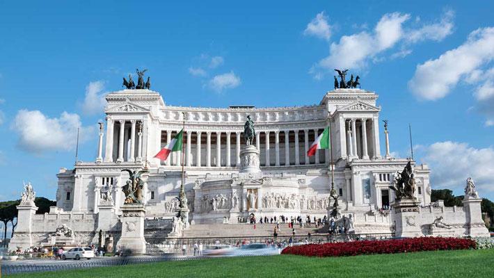 """Das Nationaldenkmal """"Monumento Nazionale a Vittorio Emanuele II"""" (auch bezeichnet als Schreibmaschine) dominiert die Piazza Venezia"""