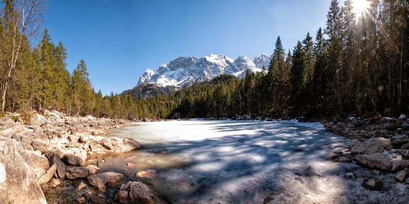 Der noch gefrorene Frillensee, Neben-See des Eibsees, Eibsee-Rundweg, Grainau, Zugspitzregion