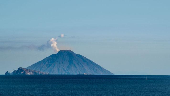 In der Ferne sieht man den nächhsten Vulkan rauchen - Stromboli auf der gleichnamigen Insel, Äolische Inseln, Sizilien