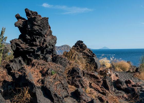 Ein Bär? Ein Drache? Bizarre Gesteinsform, gestaltet durch die Kraft des Vulcano, Äolische Inseln, Sizilien.