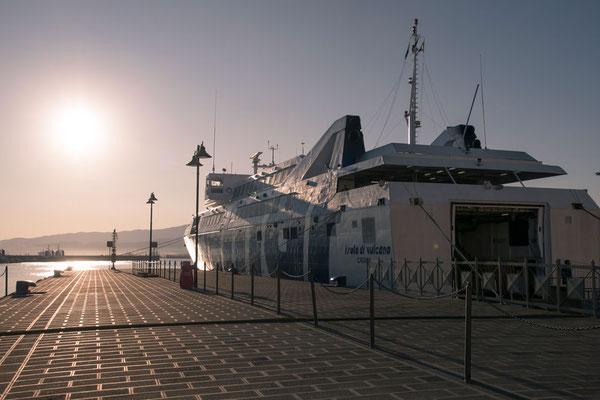 Mit der Personenfähre geht auf die Insel Vulcano. Unser Mietwagen bleibt solange auf dem Festland geparkt. Abfahrtshafen in Richtung der Äolischen Inseln ist Milazzo, Sizilien