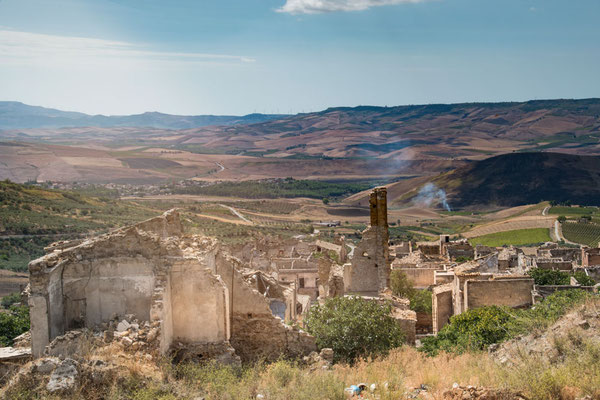 Im Hinterland liegt Poggioreale, ein Dorf das bei einem schweren Erdbeben in den 1960er Jahren komplett zerstört wurde. Heute ist es das was man neudeutsch einen Lost Place nennt.