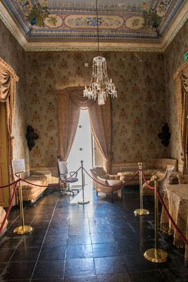 Im Castello di Donnafugata ist eine Ausstellung mit Requisiten der hier gedrehten Filme,  Provinz Ragusa, Sizilien