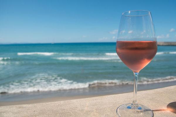 Das Leben genießen - ein Sizilianischer Rosé mit Blick auf das Meer - unbezahlbar kostbare Momente in Cefalù, Sizilien