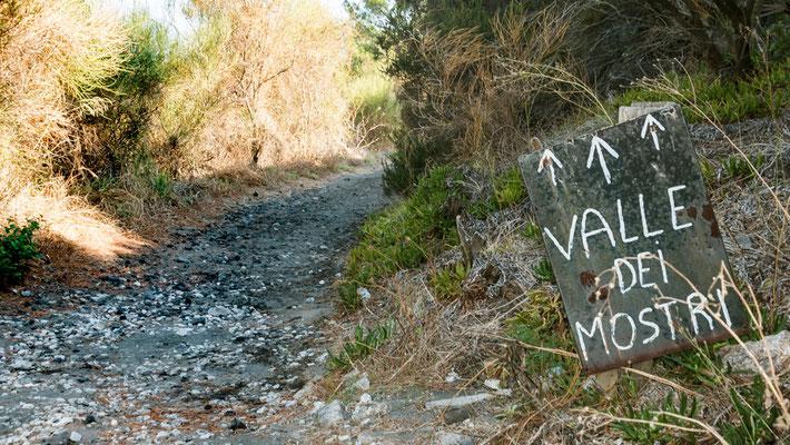 Auf ins Valle dei Mostri - Das Tal der Monster. Hier haben die durch den Vulkan rausgeschleuderten Gesteine bizzare Formen angenommen.