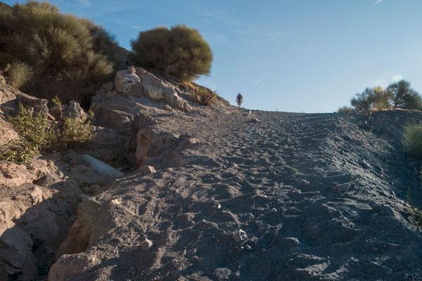 Sandiger Boden, steile Wege - zwei Schritte vor, einer zurück; mühsam selbst am späten Nachmittag wenn die Sonne niciht mehr so brennt. Vulcano, Äolische Inseln, Sizilien.