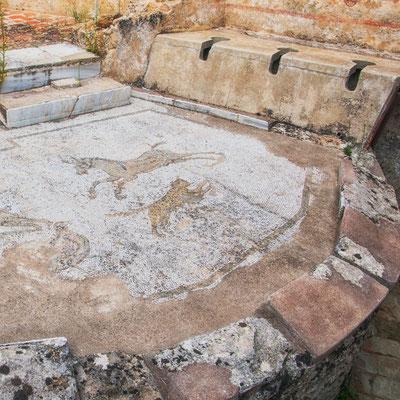 Der Abort - oder einfach: das Sammelklo, liebevoll dekoriert mit feinen Mosaiken, Villa Casale del Romano, Region Enna, Sizilien