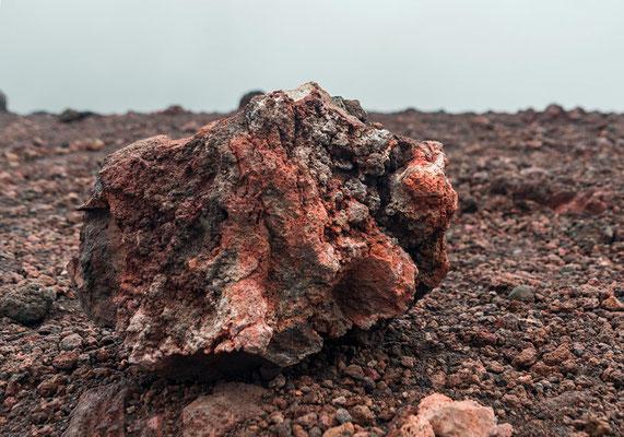 Rot gefärbt vom Eisen - das Gestein des Ätna, Sizilien