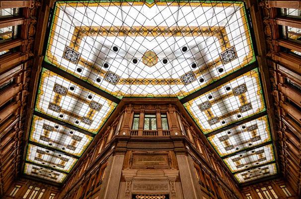 Die Deckenarchitektur der Galleria Alberto Sordi, einem exklusivem Einkaufszentrum an der Via del Corso