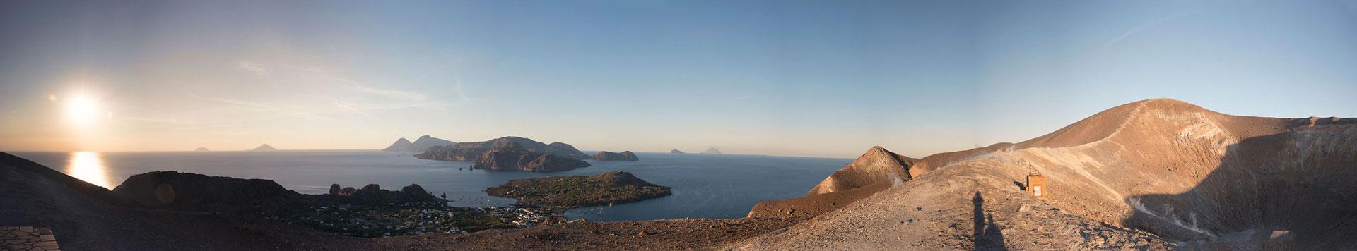 Faszinierender Panorama-Blick vom Krater des Vulcano auf die andere Inseln der Äolischen Inselgruppe. Die am weitest entfernte Insel ist Stromboli mit dem nächsten Vulkan.