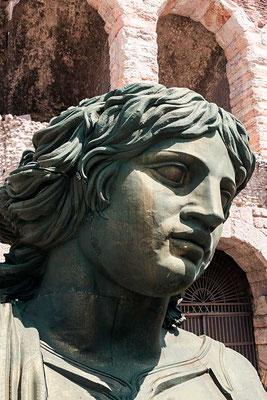 Der Kopf des Erzengels von der Engelsburg (Rom) aus Tosca. Die Kulissen der unterschiedlichen Opernvorstellungen lagern mangels anderem Platz in der direkten Umgebung der Arena wenn sie nicht grade im Einsatz sind. (Verona, Venezien, Italien)