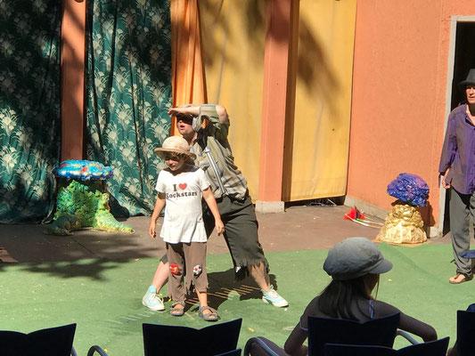 """Marians Lieblingsplatz (in Würzburg): Er selbst steht auf der Sommerbühne des Theater Ensembles beim Stück """"Peter Pan"""" - dieses Foto schickten uns Marian & Rebecca Hümmer aus Würzburg"""