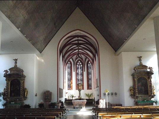 Der Kirchenraum mit Blick zum Altar, wo die Marienfigur steht