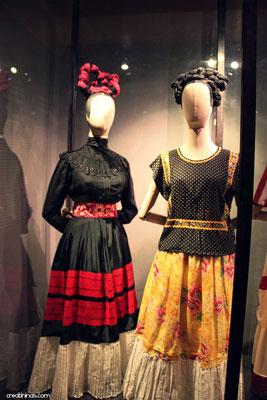 """La exposición """"Las apariencias engañan: los vestidos de Frida Kahlo"""" es la primera exposición realizada sobre el guardarropa de la artista."""