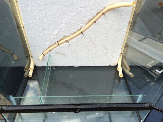 plaatsen eerste gedeelte achterwand incl buizen voor de kabels en slangen