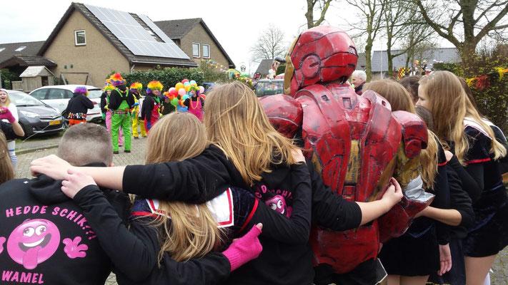 op de foto met ironman tijdens carnaval
