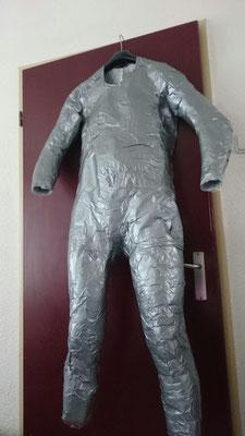mannequin gemaakt van vershoudfolie en ducktape