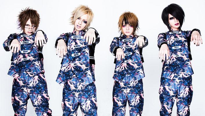 Zonbi noch mit Sänger Atom (Mitte links) und Drummer Kaji (Mitte rechts)