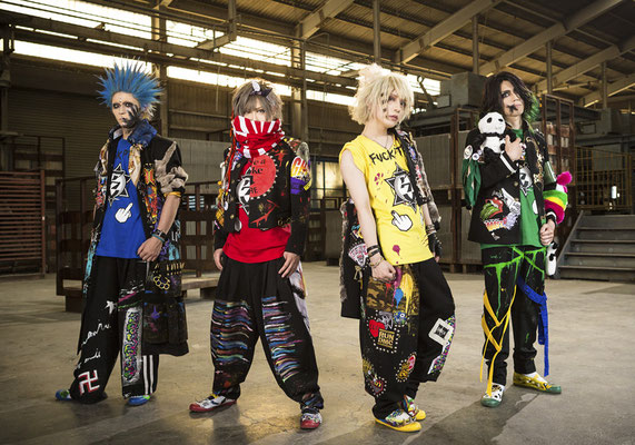 "September 2017, Look zur Single ""Maguro Kaitai Chainsaw""; von links nach rechts: RIKITO, SHOGO, CHISA, HAL"